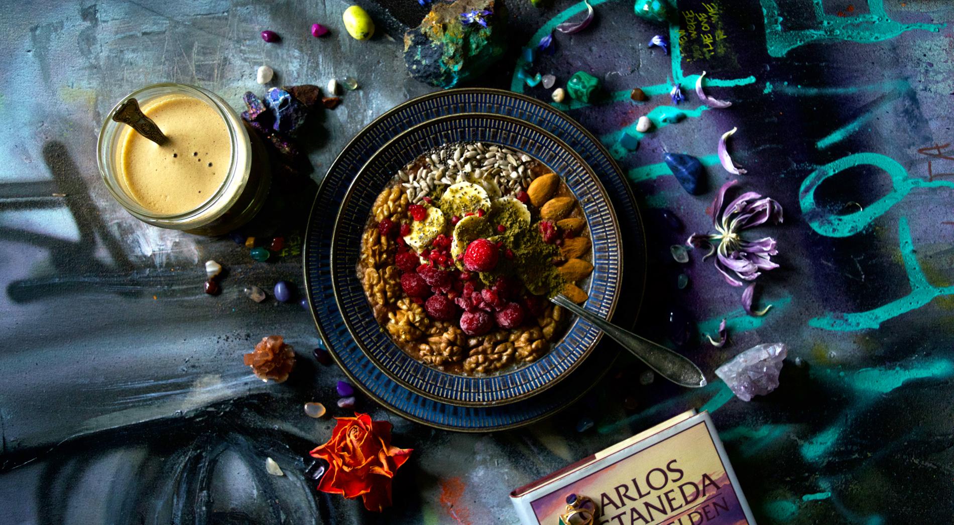Vegansk frukost med mycket protein som smakar choklad och hallon! Tack Gud! Konst av CODE26