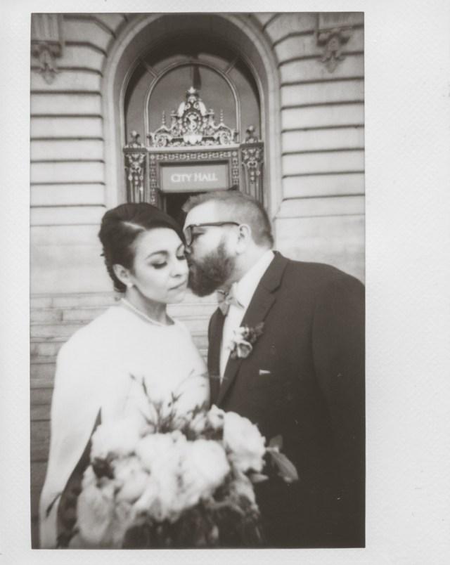 Photographe polaroid de mariage à l'hôtel de ville de San Francisco