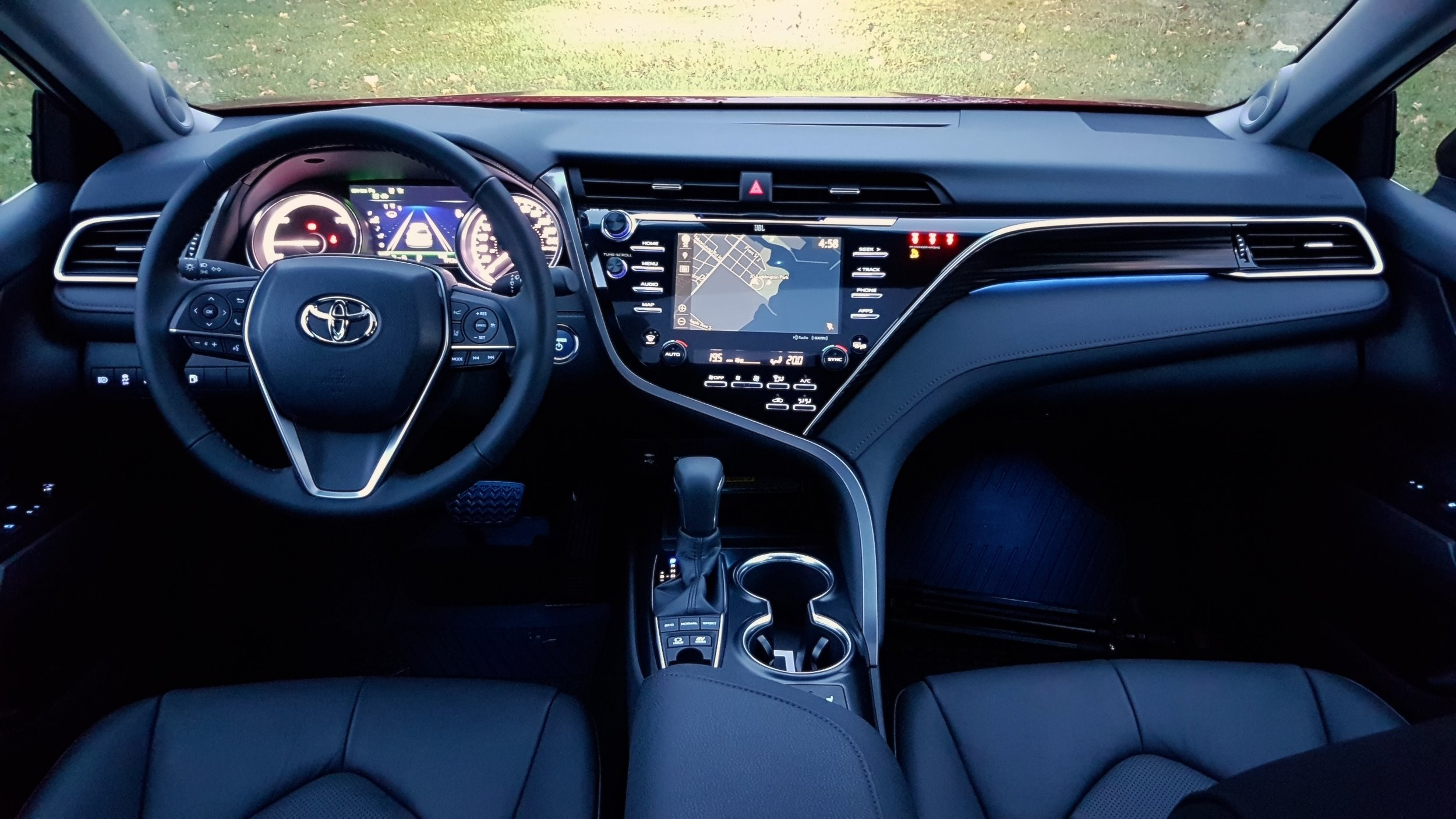 all new camry 2018 interior kekurangan grand avanza veloz 1.3 toyota hybrid xle it s not boring anymore roving proof that an can be futuristic and still have buttons
