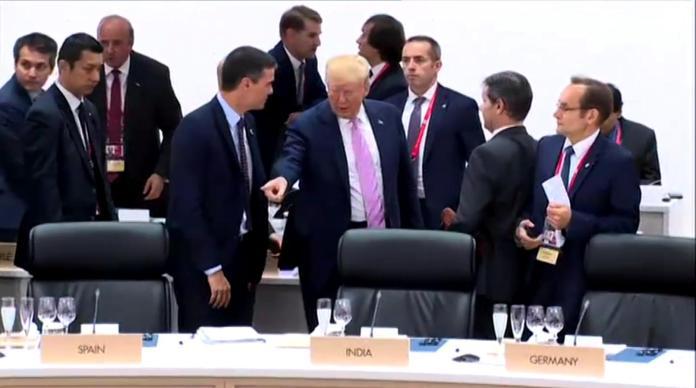 La cumbre del G-20 en Osaka ha dejado una imagen polémica: Dondald Trump señalando su asiento a Pedro Sánchez cuando este parecía querer iniciar una conversación.