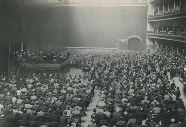 Mitin de la Unión Monárquica. José Antonio Primo de Rivera haciendo uso de la palabra.