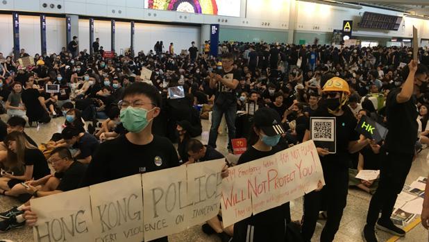 Varios cientos de manifestantes, sobre todo jóvenes, «dan la bienvenida» al aeropuerto de Hong Kong con sus mensajes de protesta