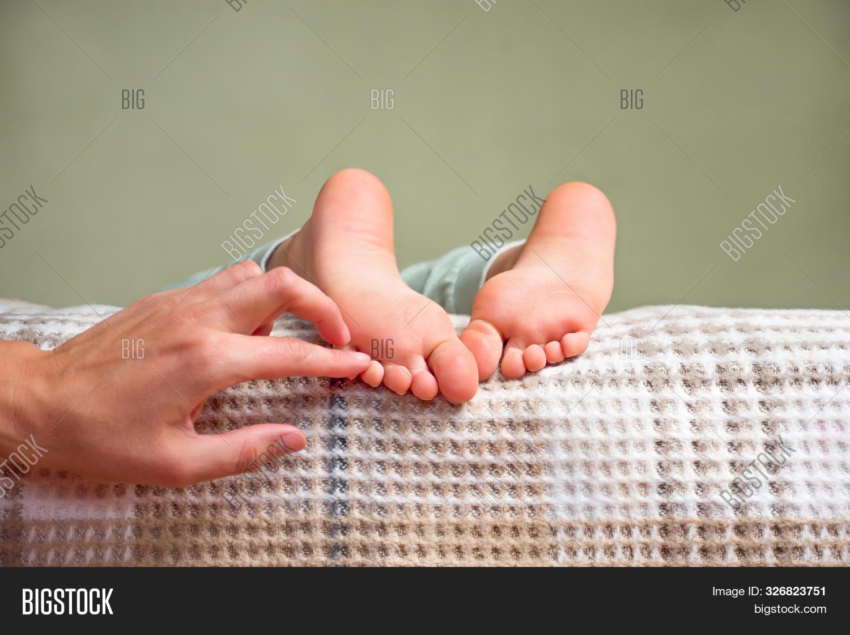 Tickling Feet 圖片和照片(免費試用) | Bigstock