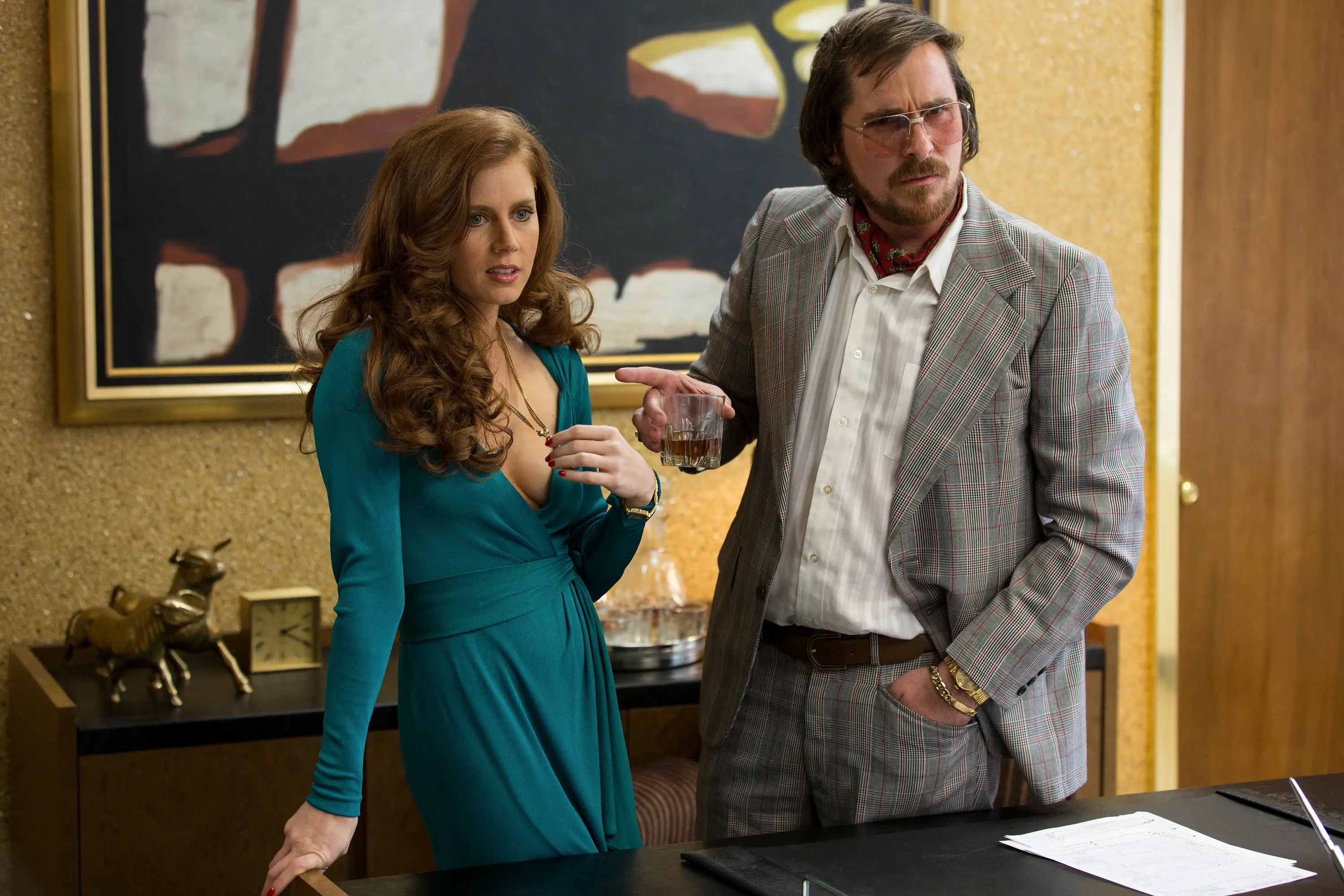 Amy Adams e Christian Bale in American Hustle