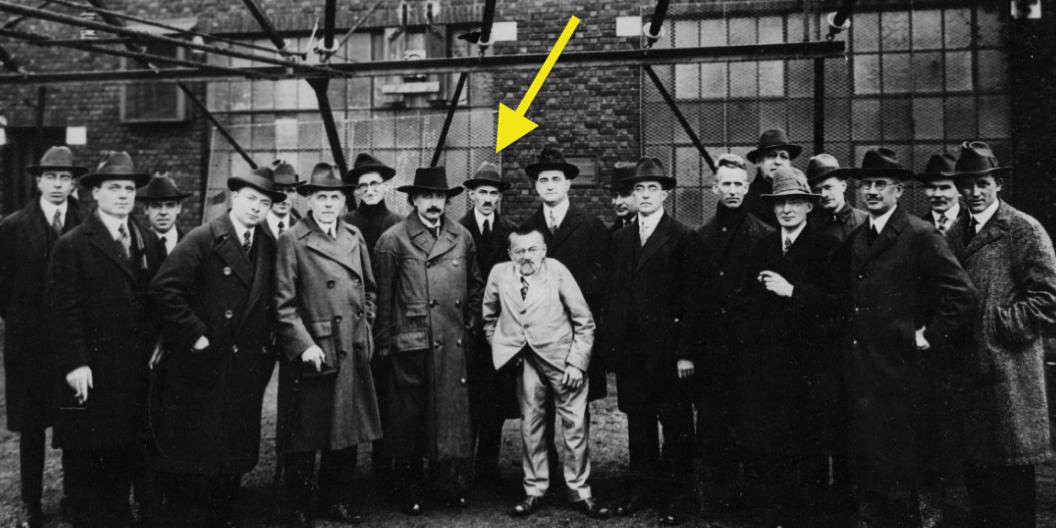"""A los 12 años, Page lee una biografía sobre el brillante inventor Nikola Tesla, quien murió en deuda y oscuridad.  El final lo hizo llorar, e inspiró a Page a no sólo querer construir tecnologías que cambiaran el mundo, sino tener el sentido comercial de saber cómo difundirlas.  """"Pensé que inventar cosas no era bueno"""", ha dicho.  """"Realmente tenías que sacarlos al mundo y hacer que la gente los usara para tener algún efecto""""."""