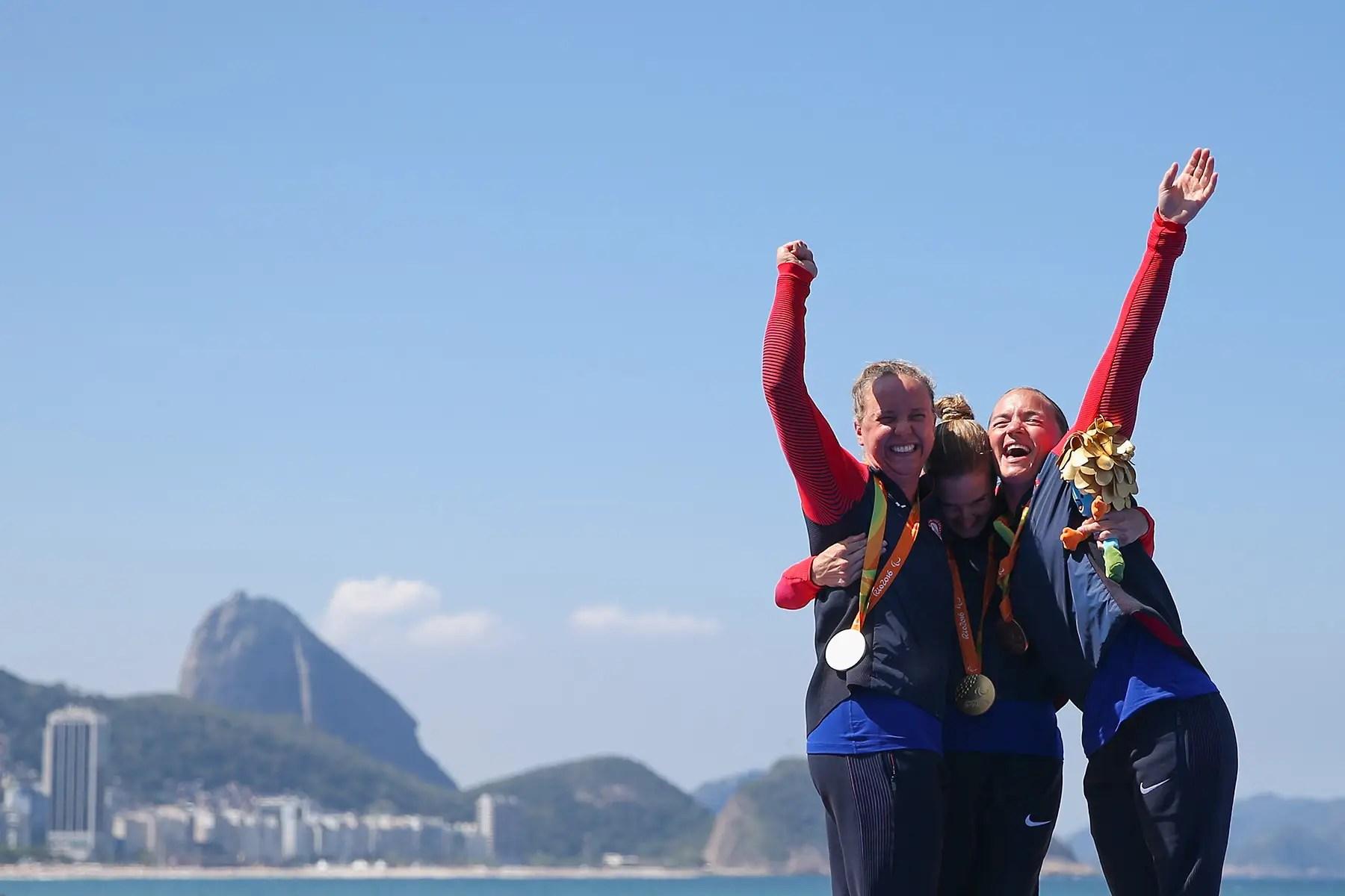 La medallista de plata Hailey Danisewicz (izquierda), medalla de oro Allysa Seely (centro), y medalla de bronce Melissa Stockwell (derecha), todo el equipo de EE.UU., celebran sus medallas en el triatlón de la mujer.