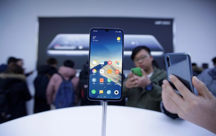 Apple just got bumped down to 4th place in a list of the world's top smartphone makers — here's how it stacks up against rivals like Samsung, Huawei, and LG (AAPL)