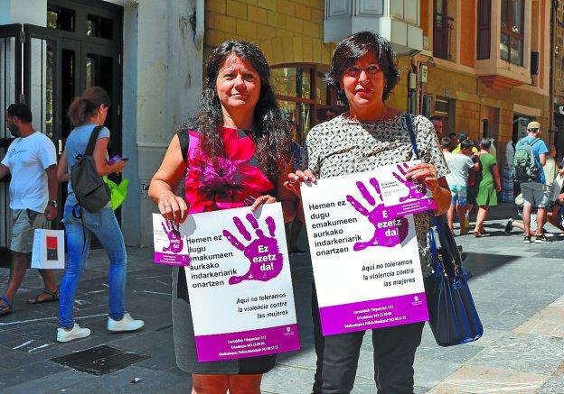 La camapaña. Gloria Vazquez y Mari Luz Osa, con los carteles y pegatinas que se van a colocar. / AMAXKAR