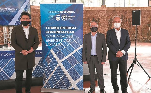 The mayor Mikel Serrano, Juan Diego Casals de Edinor and the deputy José Ignacio Asensio, yesterday.