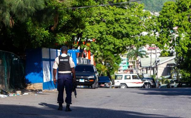 Agents stand guard after the assassination of President Jovenel Moise today, in Port-au-Prince (Haiti)