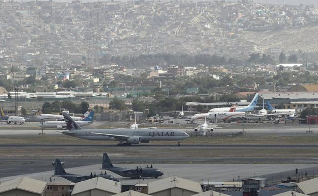 A commercial plane is preparing to take off yesterday from Kabul along with two United States military aircraft.