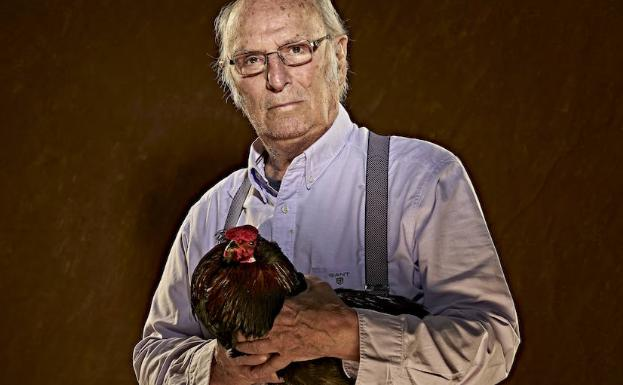 Carlos Saura posa con la polla del coronel.