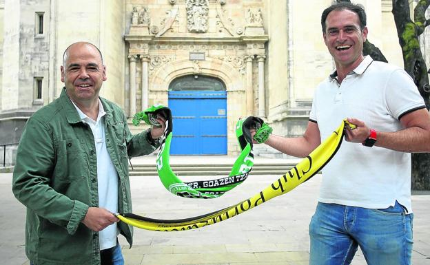 Ibon Etxebarrieta, coach of the Sestao River (on the left), and Ezequiel Loza, from Portugalete, pose in front of the Begoña basilica.