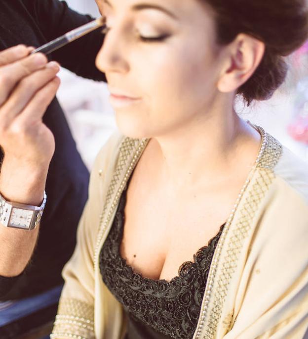 María, preparándose en sesión de maquillaje, en su boda con Carlos.