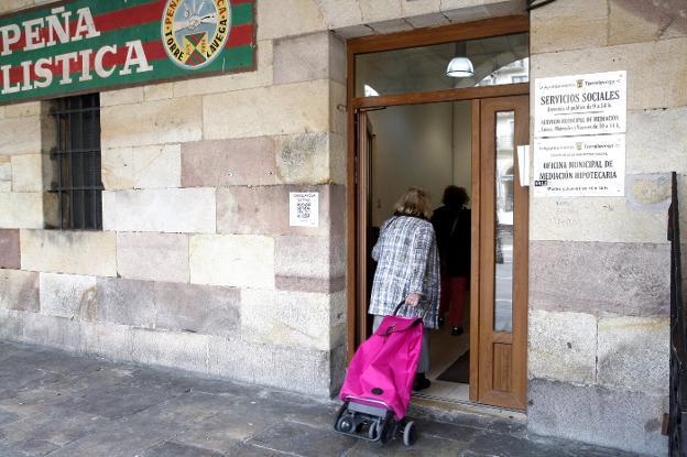 Una mujer entra a la sede de la Oficina Municipal de Mediación, en la plaza Baldomero Iglesias. /Luis Palomeque