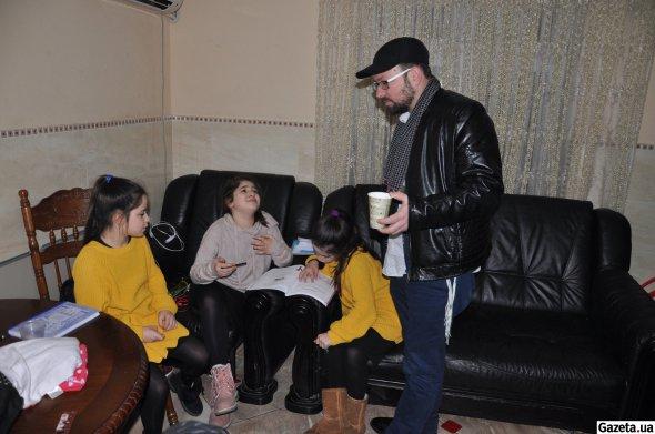 Уманчанин Хайм Хазін вітається з дочкою Марьям (на фото по центру) та її подругами. Дівчата роблять уроки вдома у Хазінів. Після занять відвідують спортивні гуртки та уроки танців
