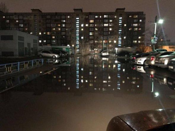 Затопило вулицю Зої Гайдай, 4, на Оболоні