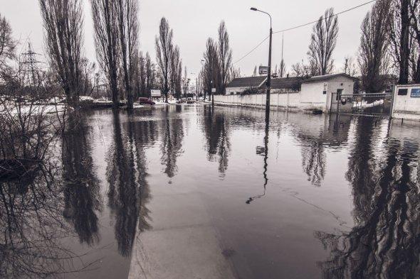 Машини глухнуть посеред водойми, гублять державні номери автомобілів