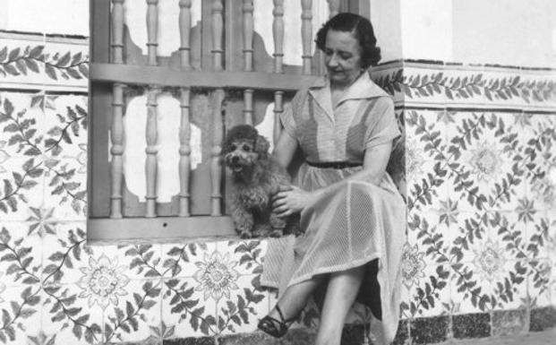 La escritora María Zambrano, con su perro, en el exilio cubano.