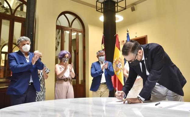 The rector, José Luján, signs the II UMU Equality Plan in the presence of representatives of the trade union organizations