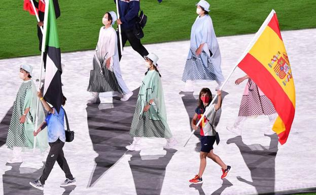 The Spanish flag bearer, the karate fighter Sandra Sánchez, waves the Spanish flag during the closing ceremony of the 2020 Olympic Games, this Sunday at the National Stadium in Tokyo.