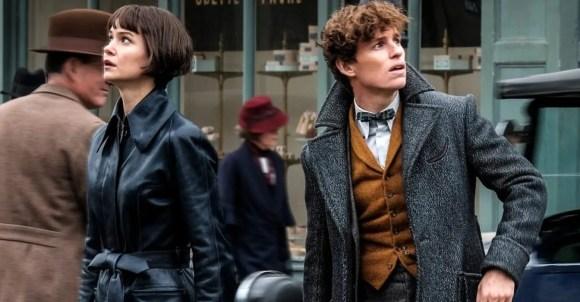 Dvě z hlavních postav Katherine Waterston jako Tina Goldsteinová a Eddie Redmayne v roli Mloka Scamandera.