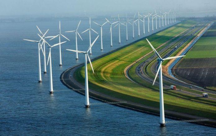 """Một đoạn dường cao tốc ở Hà Lan được """"trang trí"""" bởi hàng dài cối xoay gió."""