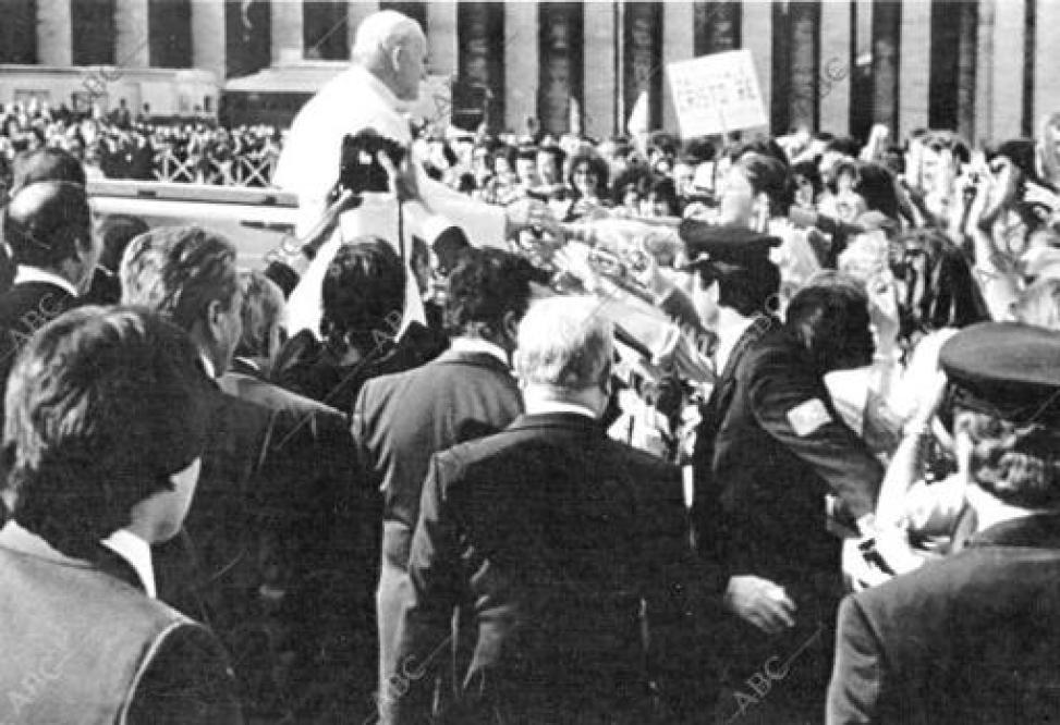 Juan Pablo II en la plaza de San Pedro momentos antes de sufrir el atentado