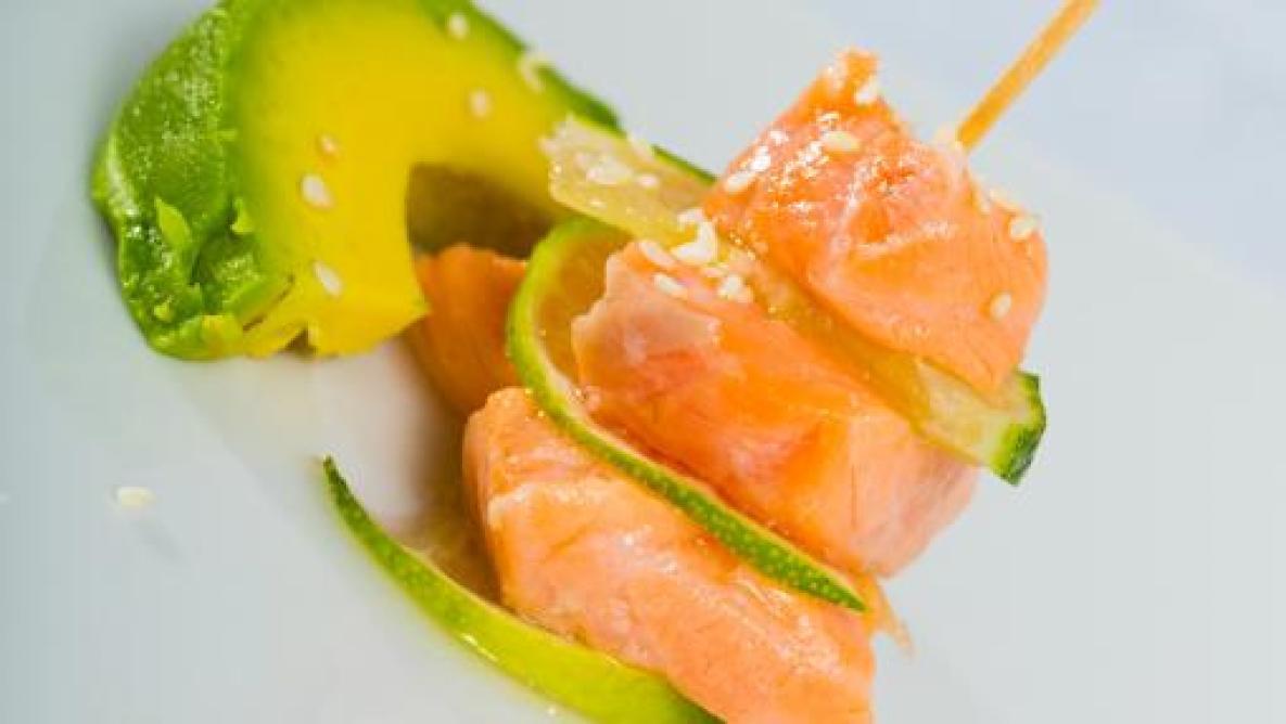 Pincho de salmón con hierbas italianas y aguacate.