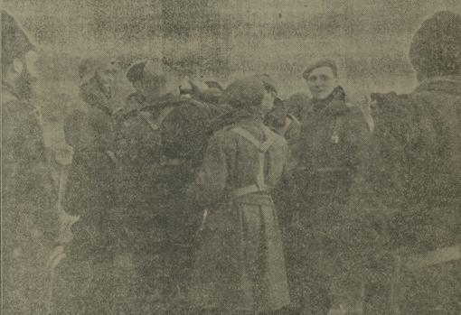 La cantimplora, con vino de Navarra, corre de mano en mano, entre requetés y milicianos