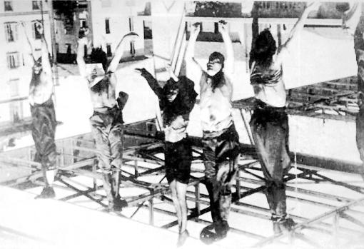 Los cadáveres de Mussolini y Clara Petacci, colgados cabeza abajo en la plaza de Milan