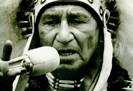 Angus Horn, jefe de la tribu de los mohawk, leyendo la declaración de guerra contra la Alemania nazi, en 1942, en la escalinata del Capitolio de Washington