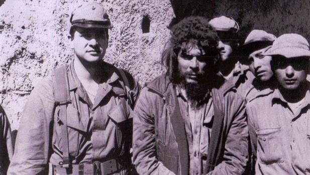 Félix Ismael Rodríguez, a la izquierda, junto al Che Guevara, el 9 de octubre de 1967