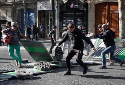 Un grupo de manifestantes intenta levantar una barricada en París