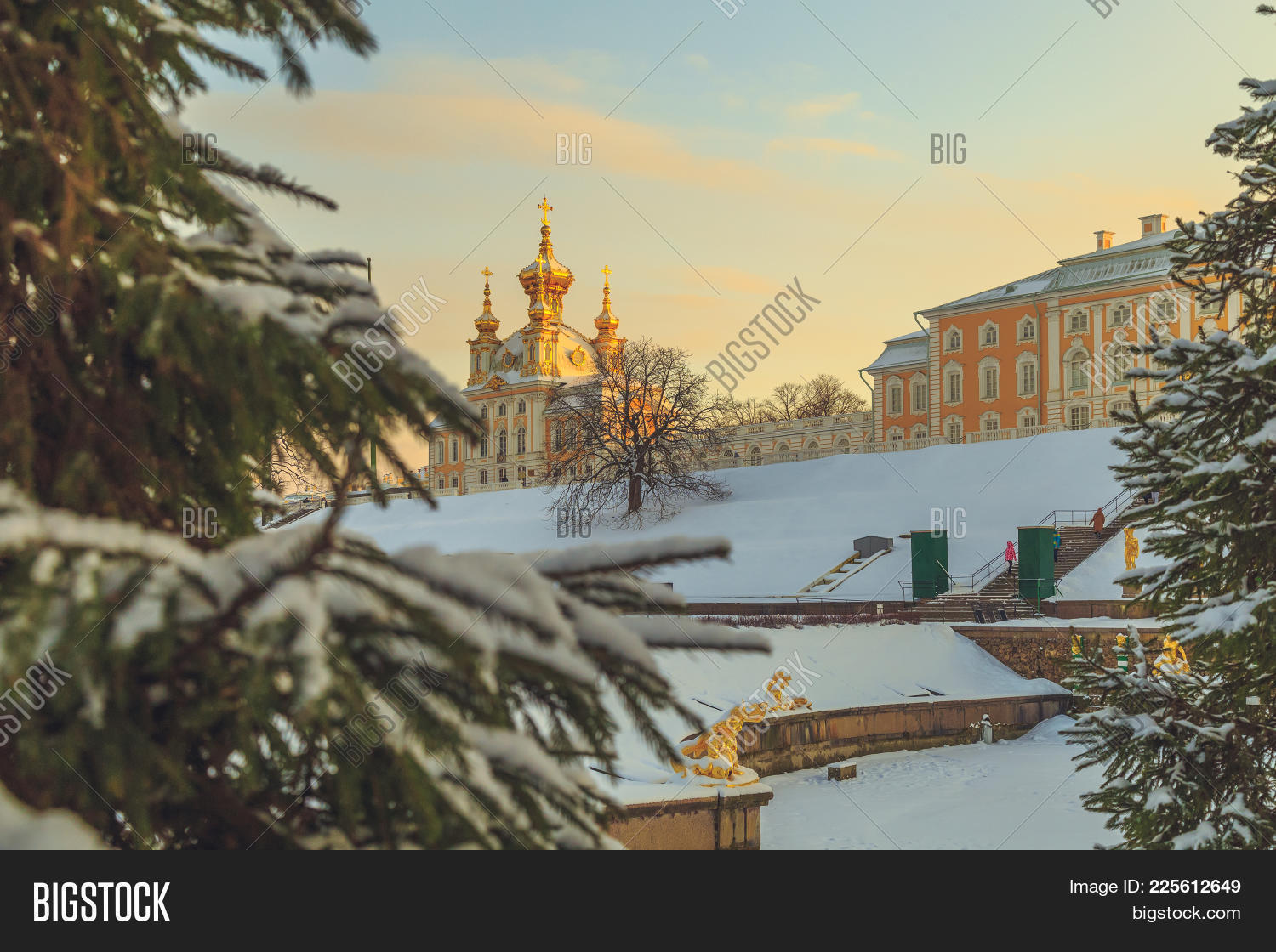 Saint-Petersburg Powerpoint Template - 60 Slides