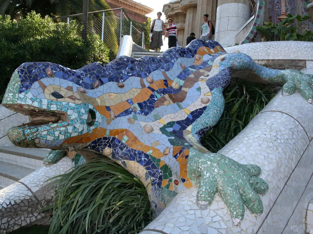 The colorful mosaic lizard greets park goers at the entrance to Parc Güell.