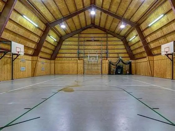 Move a whole basketball team into this barn.