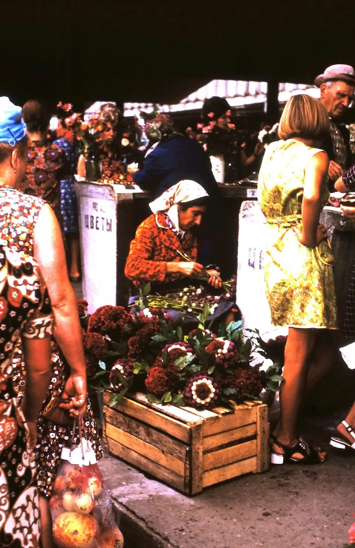 Women sold flowers in the Central Market, open every morning except Monday.