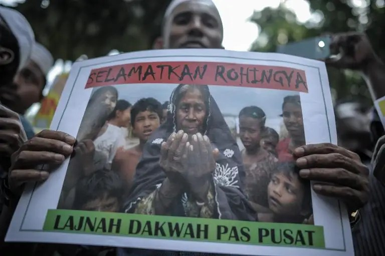 Ethnic Rohingya refugees residing in Malaysia protest outside Myanmar's embassy in Kuala Lumpur, on May 21, 2015, demanding Yangon to end the persecution and ill-treatment of the Rohingya community