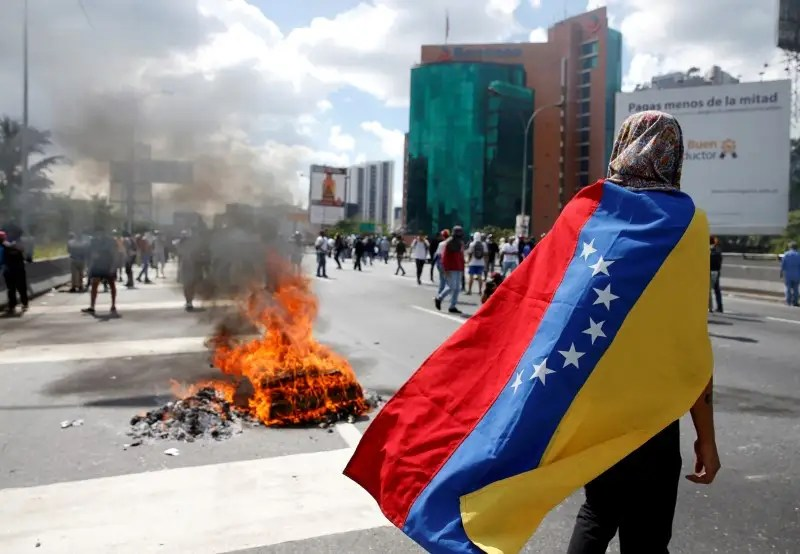 Protesters clash with riot police during a rally to demand a referendum to remove Venezuela's President Nicolas Maduro in Caracas, Venezuela, September 1, 2016. REUTERS/Carlos Garcia Rawlins