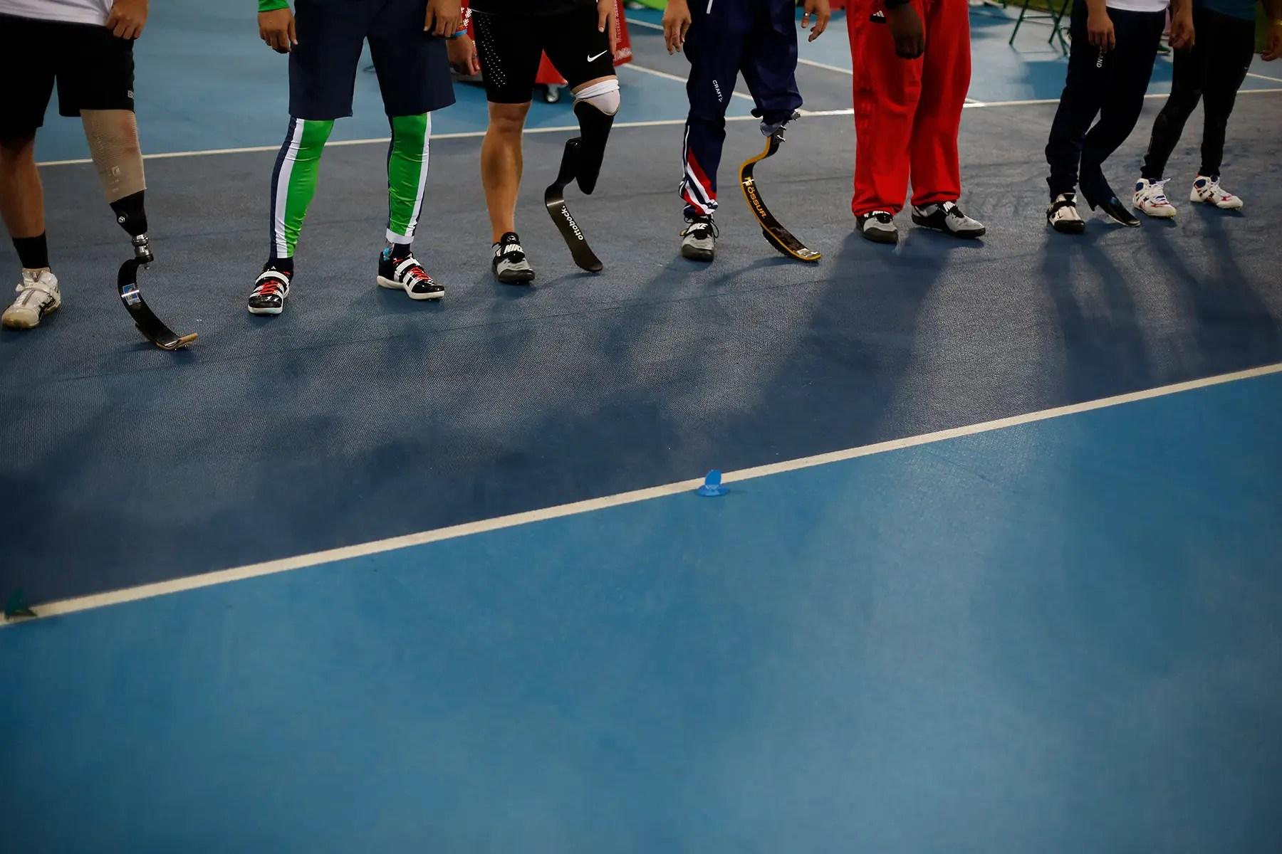 Los competidores esperan en línea antes del inicio de la jabalina de los hombres.