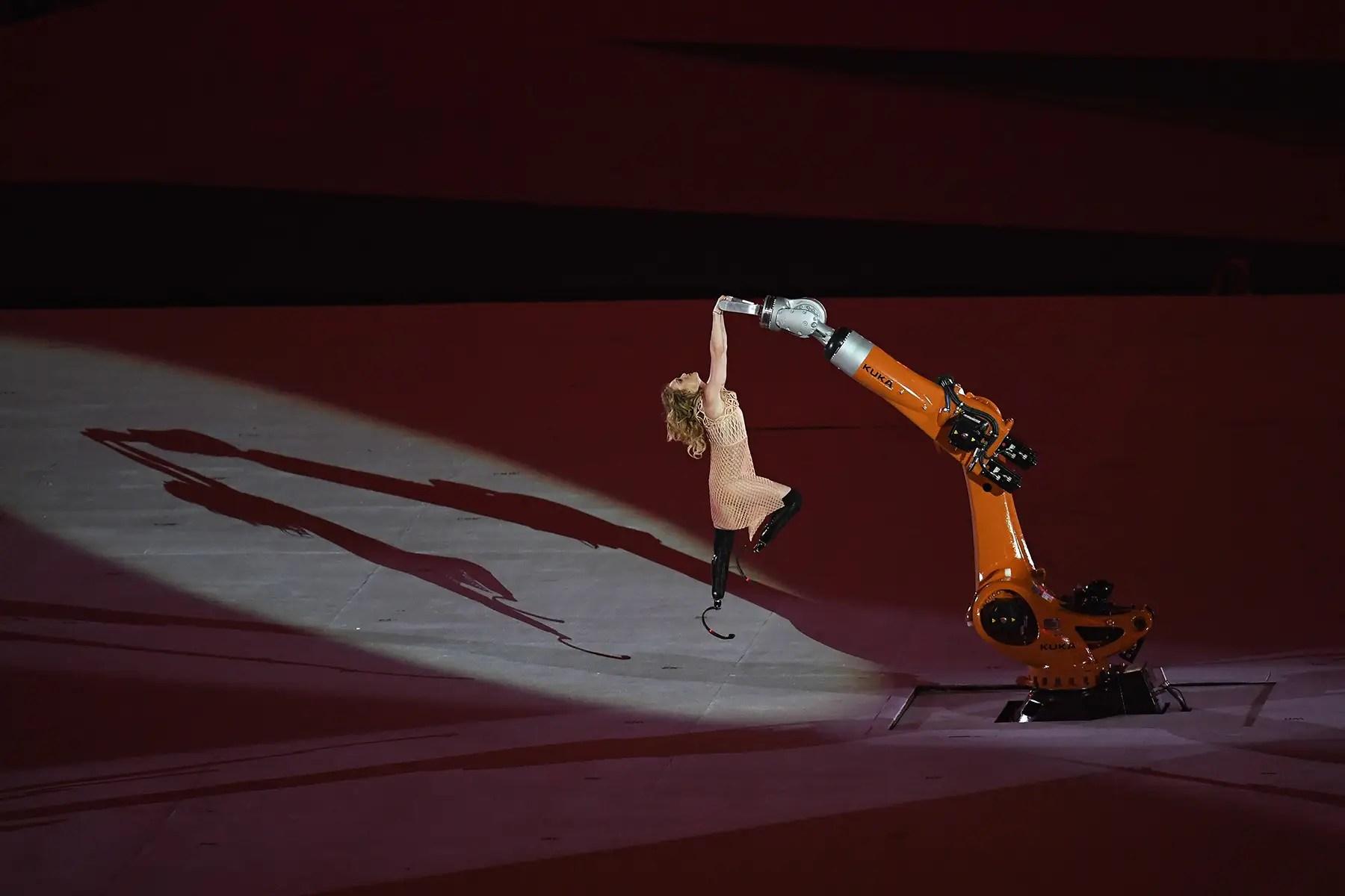 Ella incluso bailó con un robot.