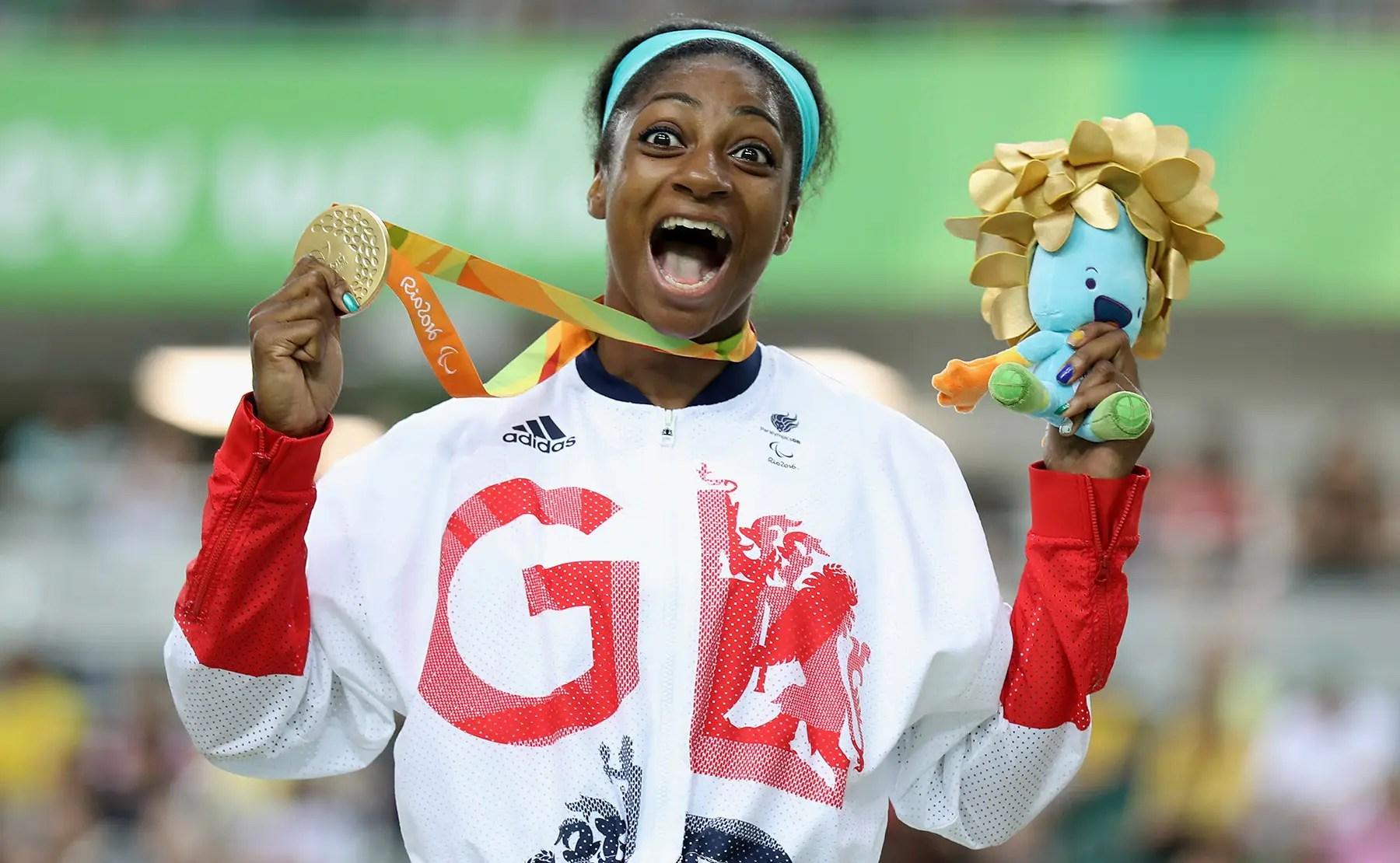 Kadeena Cox celebra su medalla de oro en el ciclismo.