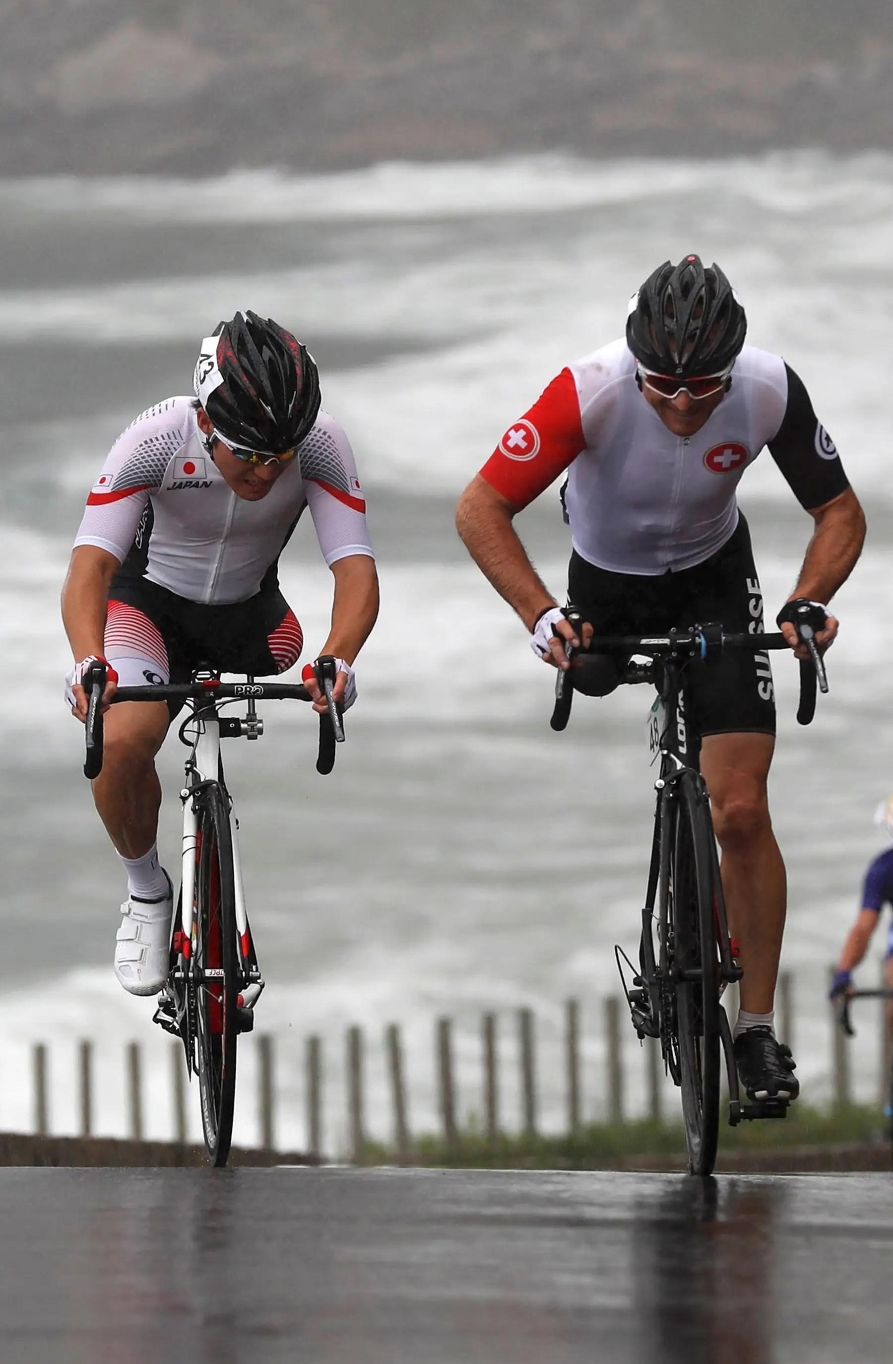 Los ciclistas compiten en una carrera de ruta.
