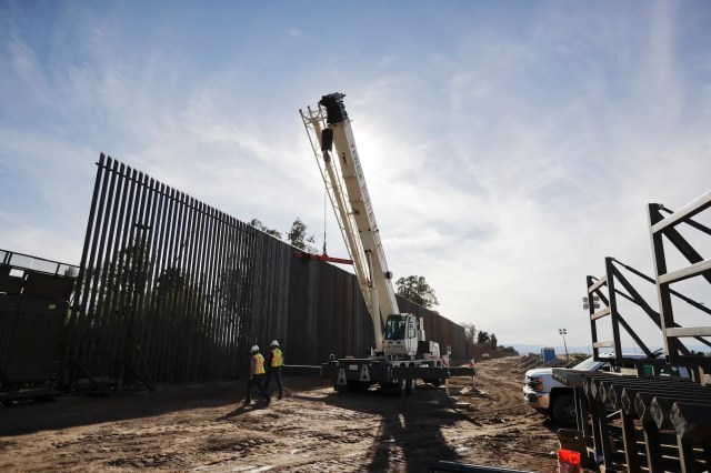 border fence construction