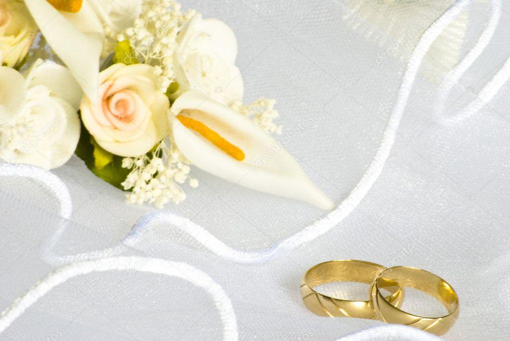 Alianas De Casamento E Flores Sobre O Vu Fotografias