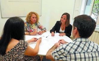 Las mediadoras Julia Hernández y Garazi Urzay atienden un caso en la sede del servicio en Gipuzkoa, situada en Donostia.