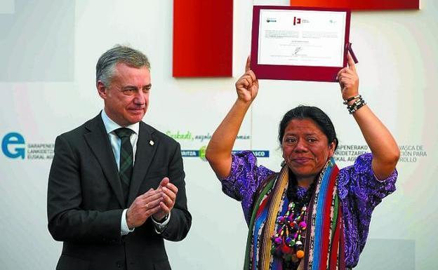 Urkullu aplaude a Lolita Chávez, que muestra su premio. / EFE