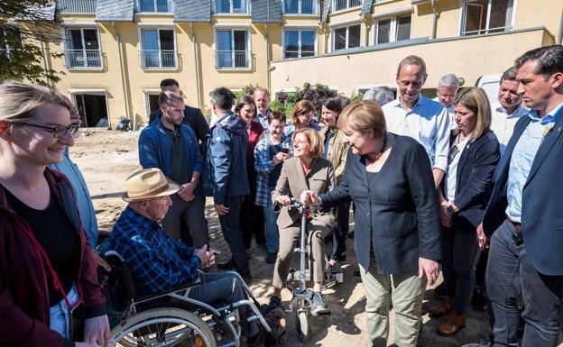 Chancellor Angela Merkel speaks yesterday with the residents of Altenburg.