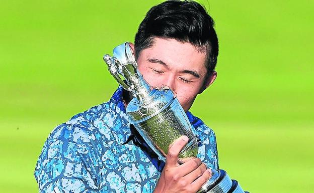 Claret jug.  Morikawa kisses the British trophy.